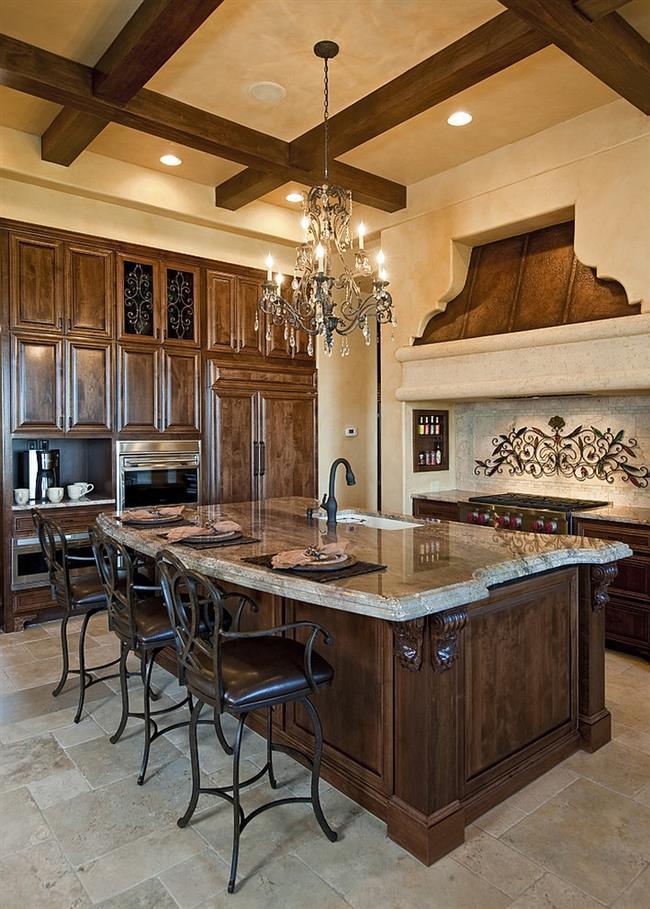 Деревянные балки и кованая люстра стильной кухни.