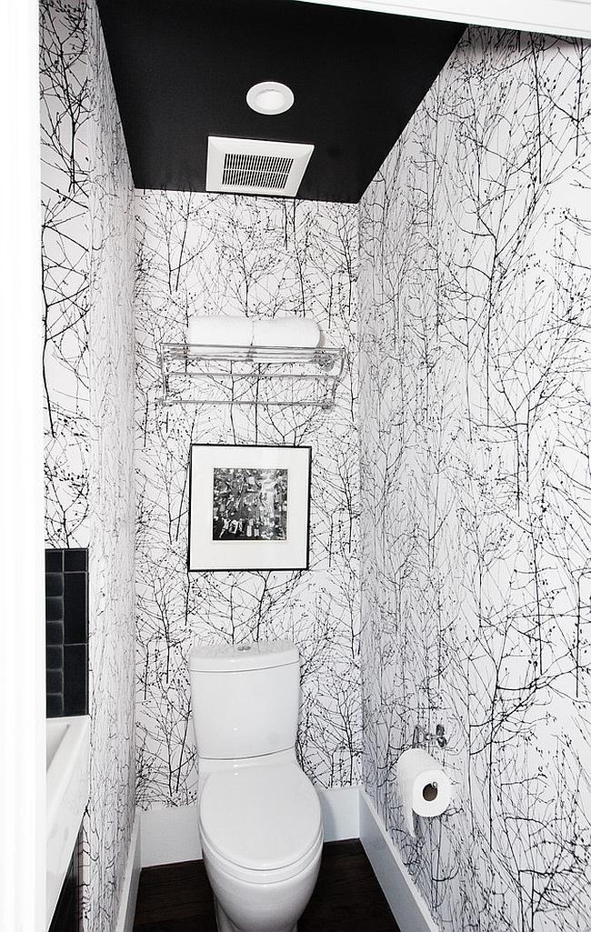 Ванная комната с черно-белыми узорчатыми обоями.