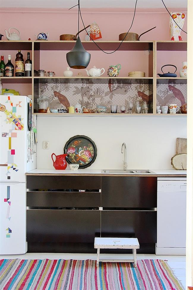 Матовые и узорчатые дизайнерские обои в эклектической кухне.