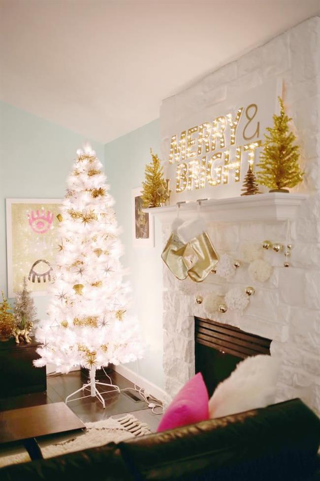 Золотые аксессуары в стильной белой гостиной.