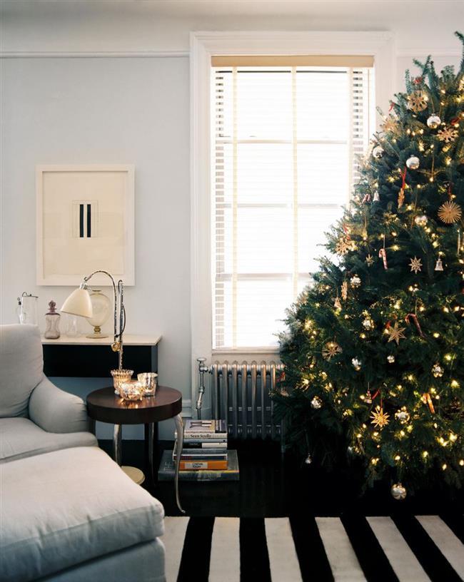 Стильная елка со швейцарскими украшениями из соломы.
