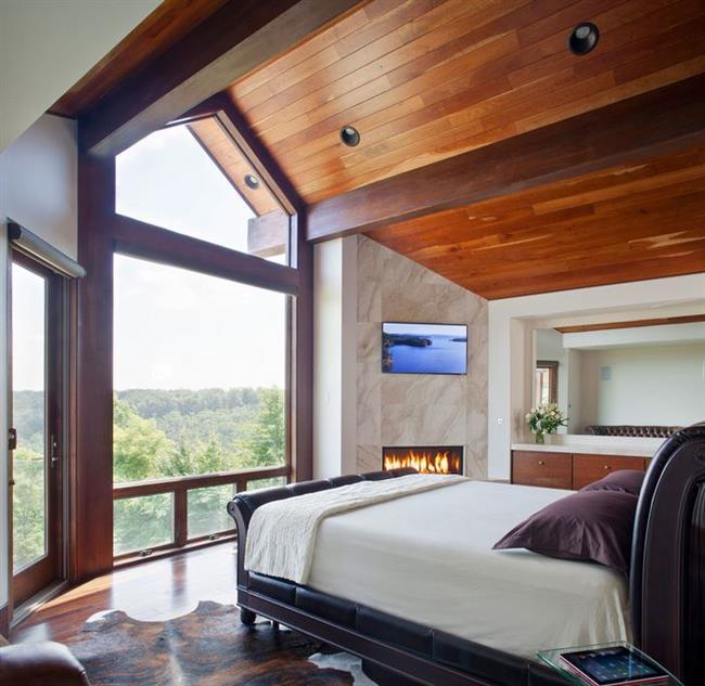 Роскошная спальня с потрясающими видами на лес.