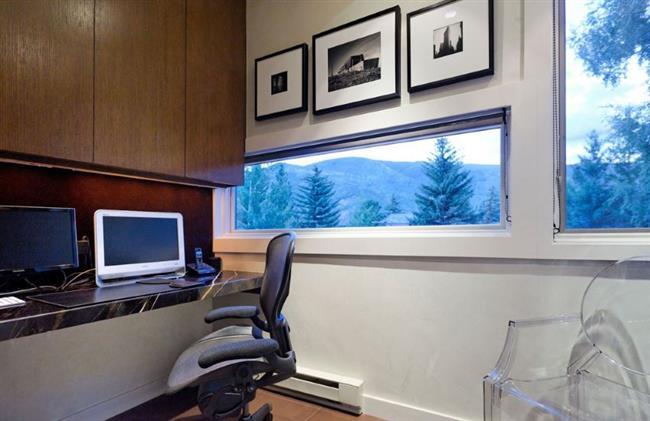 Домашний кабинет с видом на лес.