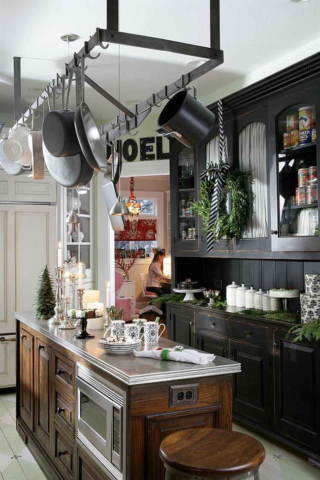 Стильная кухня, украшенная свечами и ветвями ели.