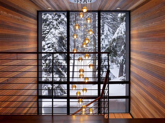 Холл загородного дома с восхитительными видами со ступенек лестницы.