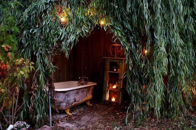 Уличная ванная под природным навесом из живых растений.