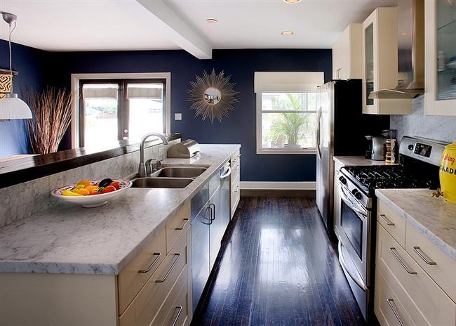 Темно-синие стены в интерьере небольшой современной кухни.