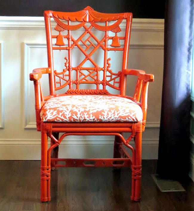 Оранжевые стулья для гостиной в ретро-стиле.