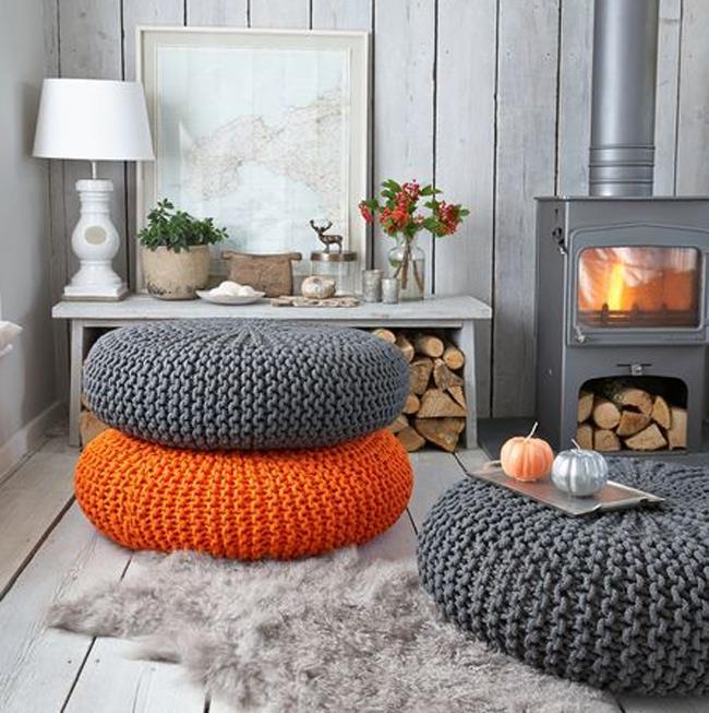 Уютная гостиная загородного дома с оранжевыми пуфиками.