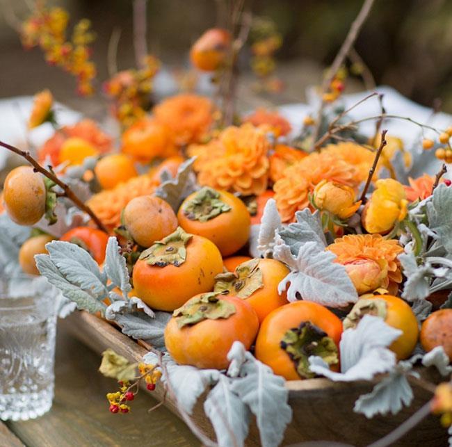 Оранжевая яркая хурма для украшения обеденного стола.