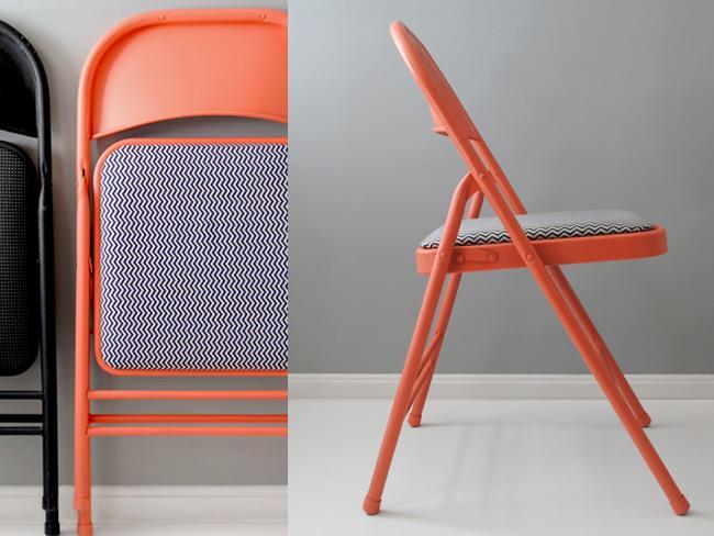 Практичные черные и оранжевые складные стулья.