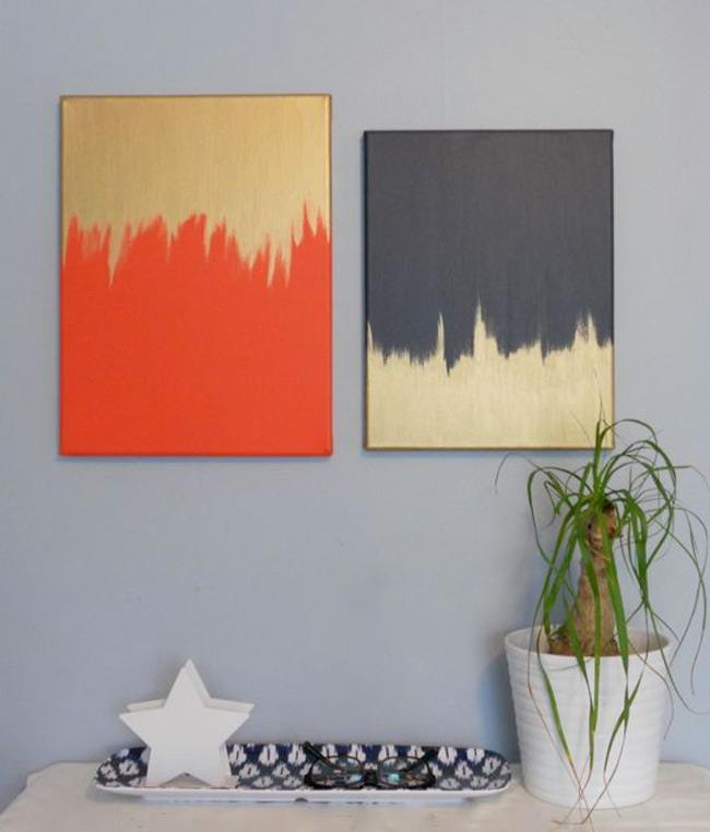 Стильные золотистые картины на стенах современной гостиной.