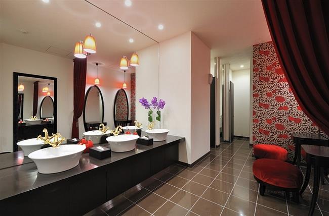Ванная комната в японском стиле с красными элементами.