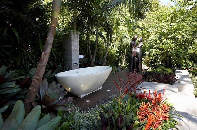 Небольшая, современная ванная на деревянном помосте.