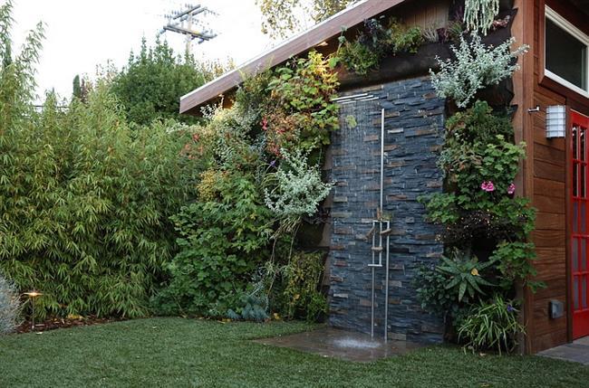 Открытый душ в саду загородного дома.