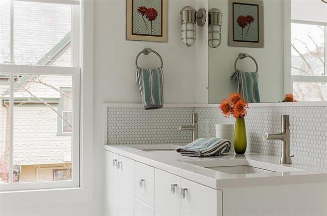 Минималистическая ванная комната с круглой мозаикой.