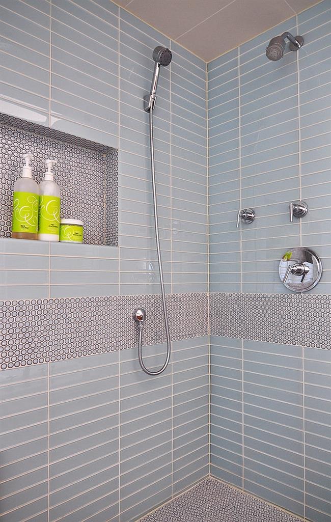 Стильная ванная с серой круглой мозаикой.