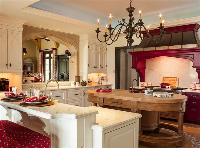 Средиземноморская кухня с красной мебелью и аксессуарами.