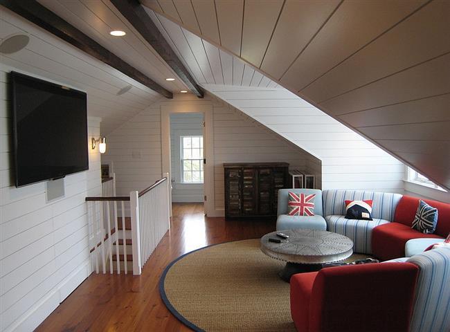 Комфортная гостиная с необычным полукруглым диваном.