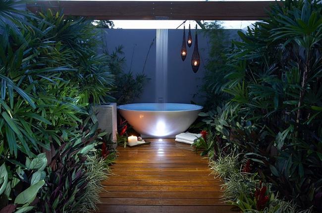 Стильная ванная с тропическим душем.