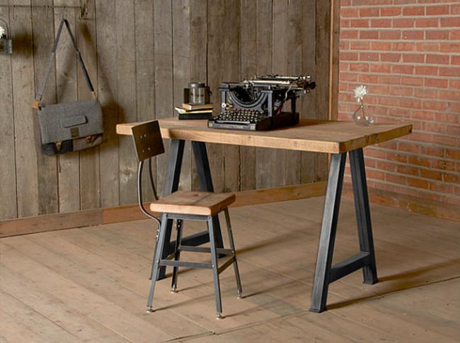 Индустриальный кабинет с мебелью из натурального дерева.