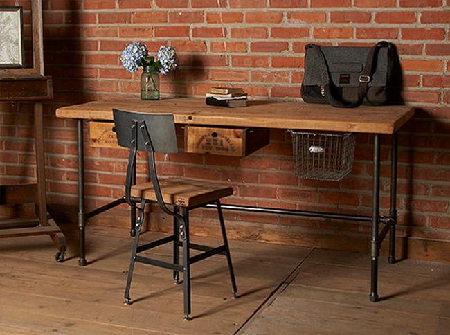 Экологически чистый стол и стул в интерьере индустриального кабинета.