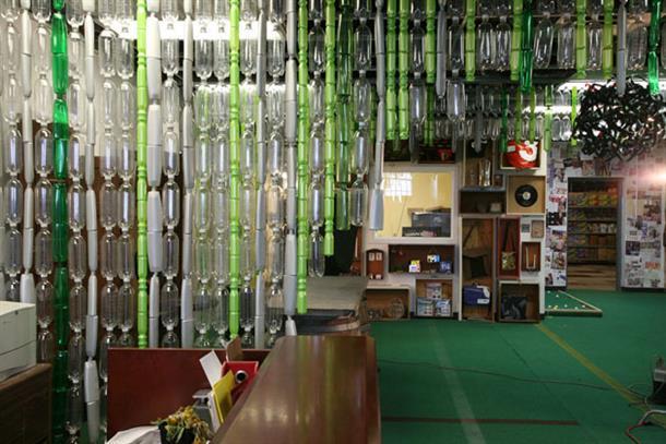 «Стены» домашнего офиса из переработанных пластиковых бутылок.