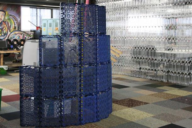 Переработанные пластиковые бутылки в интерьере офиса.