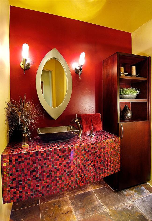 Яркая ванная комната в красных и желтых цветах.