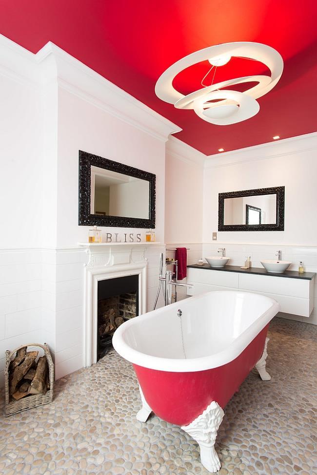 Ванная комната с красным потолком.