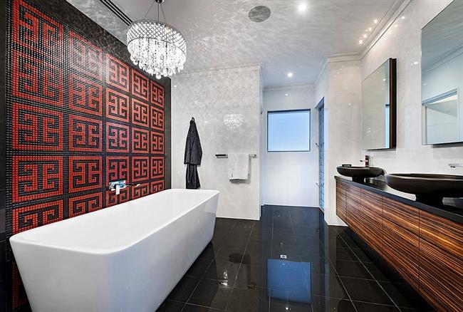 Стильная ванная комната с узорчатой картиной.