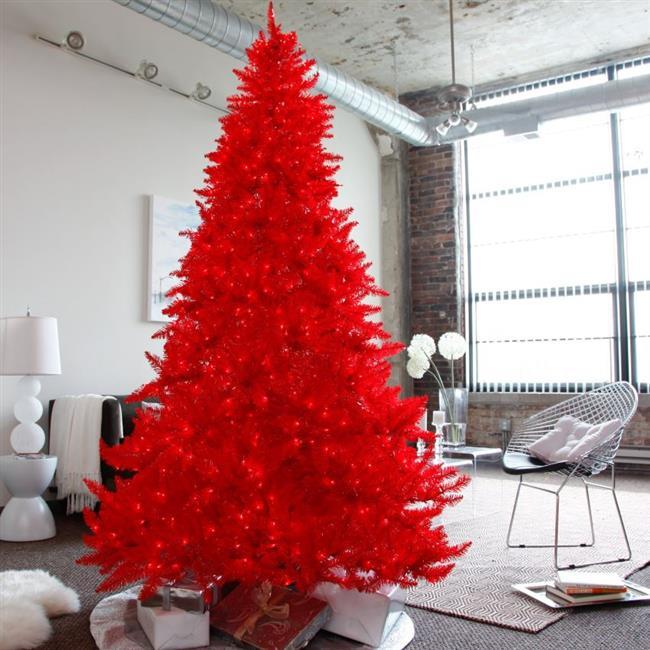 Необычная красная елка в интерьере гостиной.