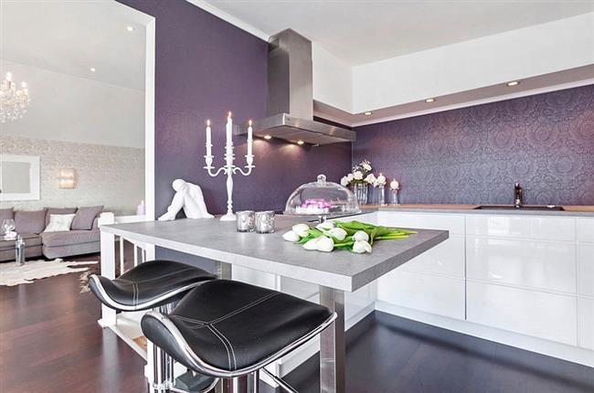 Стильные фиолетовые обои на стенах современной кухни.