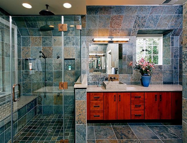 Ванная комната с красно-оранжевой мебелью.