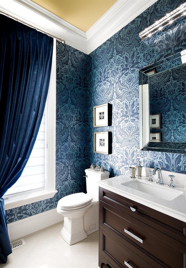 Ванная комната с синими узорчатыми обоями.
