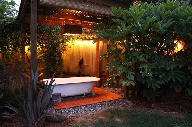 Ретро-ванная под деревянным навесом.