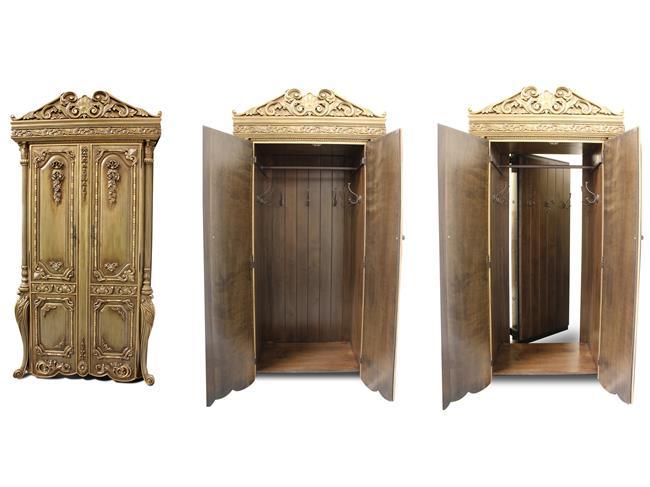 Платяной шкаф с потайной дверью.