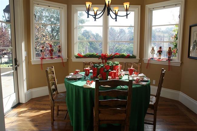 Небольшая столовая в традиционных новогодних цветах – красном и зеленом.