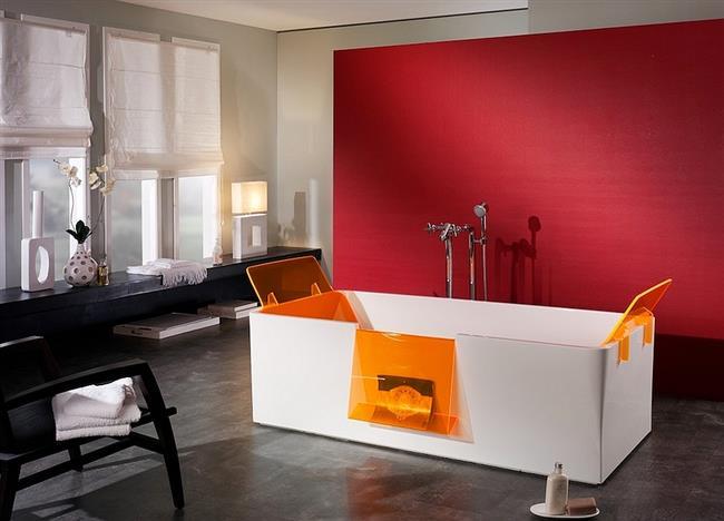 Ванная комната в минималистическом стиле с красной стенкой.