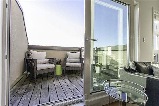Небольшой уютный балкончик ванкуверского пентхауса.