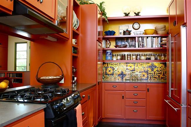 Расписная плитка ручной работы в интерьере кухни.