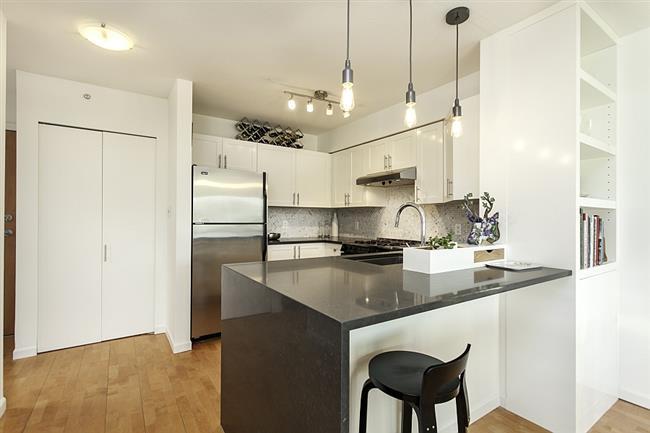 Эргономичные кухонные шкафчики и стильная барная стойка кухни.