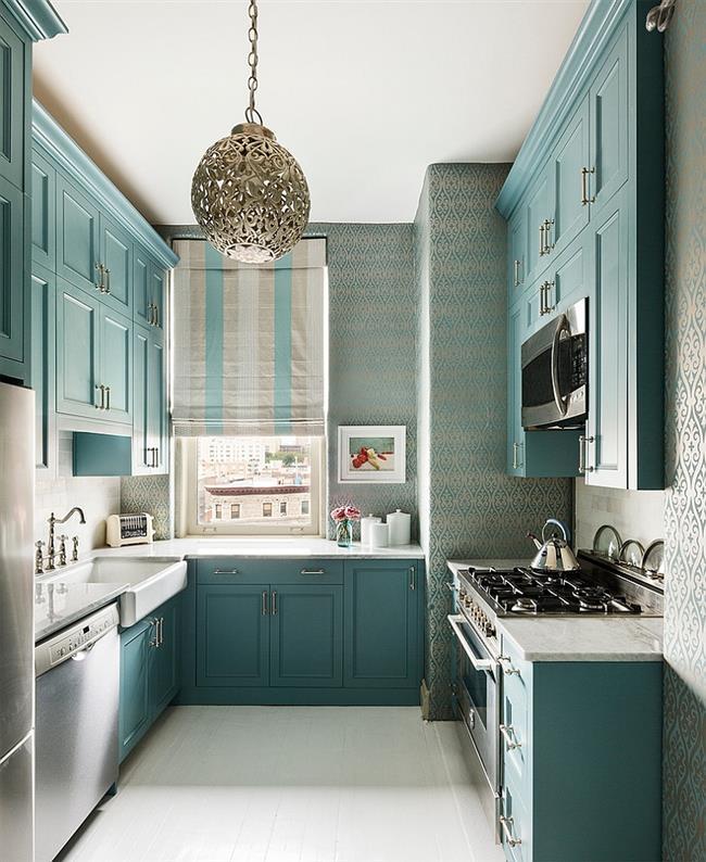 Маленькая кухня с голубыми серебристыми обоями.
