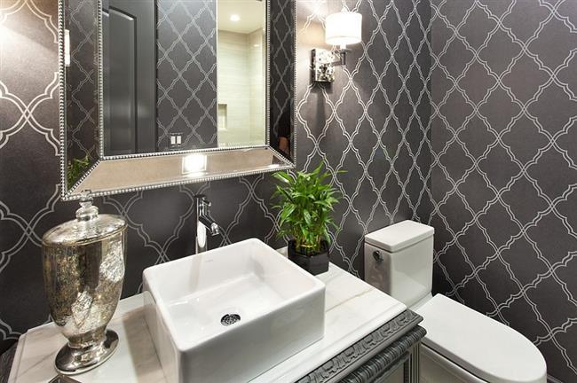 Черно-белые обои с узорами в интерьере ванной комнаты.