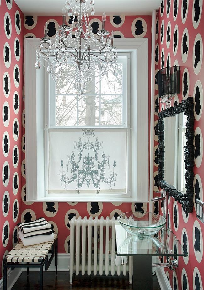 Розовые узорчатые обои в небольшой ванной комнате.