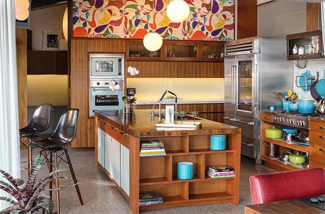 Динамичные разноцветные обои в интерьере кухонной зоны.