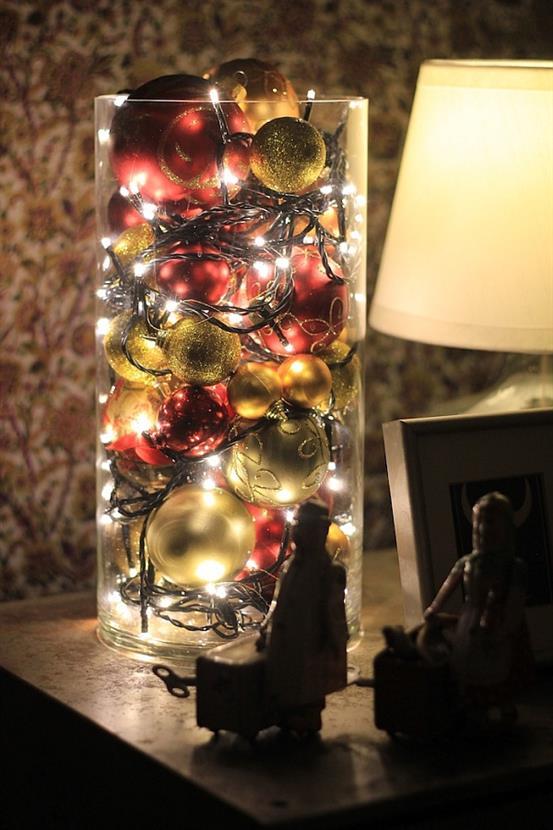 Необычная новогодняя композиция из гирлянды и шаров.