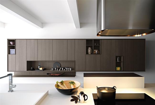 Массивная металлическая вытяжка в стильной минималистической кухне.