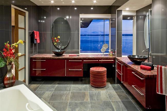 Ванная комната в современном стиле с красной мебелью.