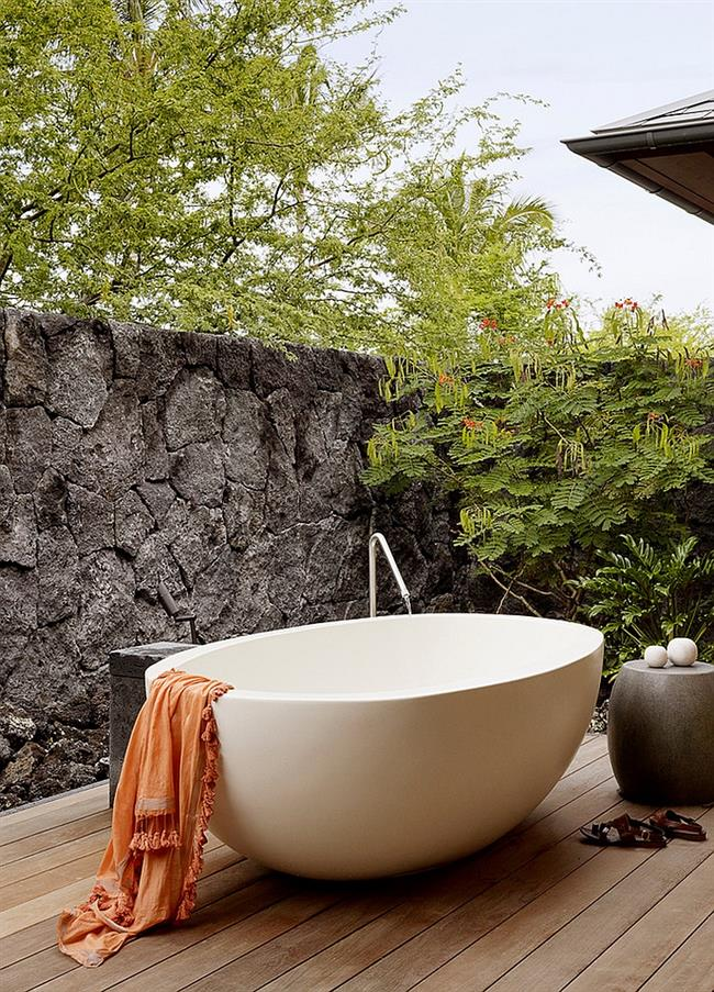 Уединенная стильная ванная во внутреннем дворике.
